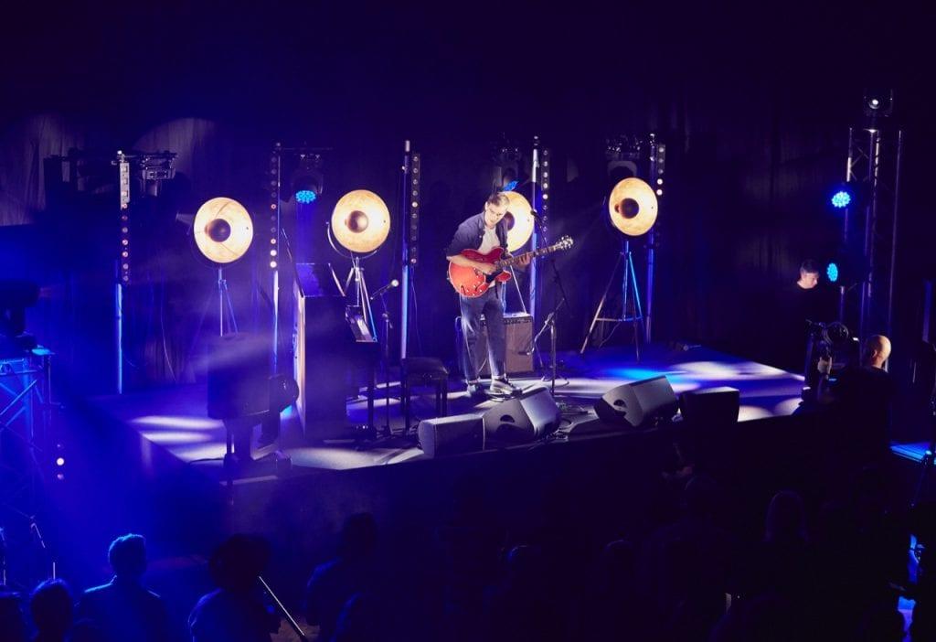 Singer Songwriter Rhys Lewis auf der Bühne in Studio One