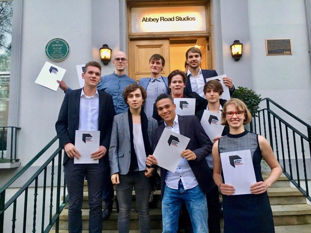 Eine Gruppe von Graduates aus Frankfurt auf den Treppen der Abbey Road Studios