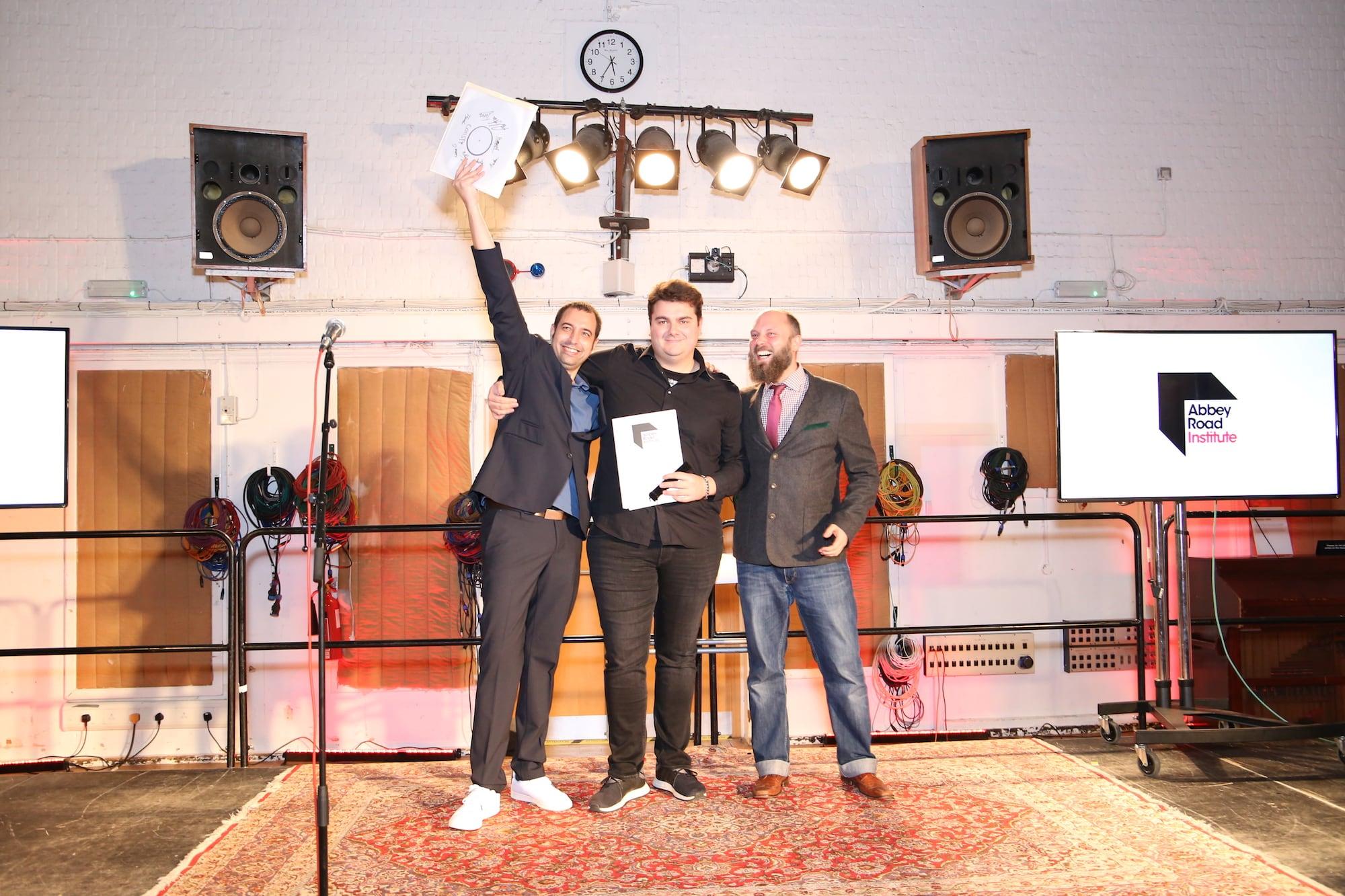 Berlin Student bekommt sein Zeugnis in den Abbey Road Studios überreicht und übergibt eine Schallplatte mit allen letzten Projekten seiner ganzen Klasse.
