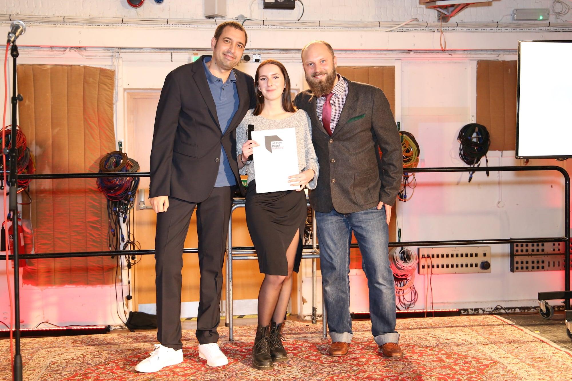 Berliner Studentin bekommt ihr Zeugnis überreicht