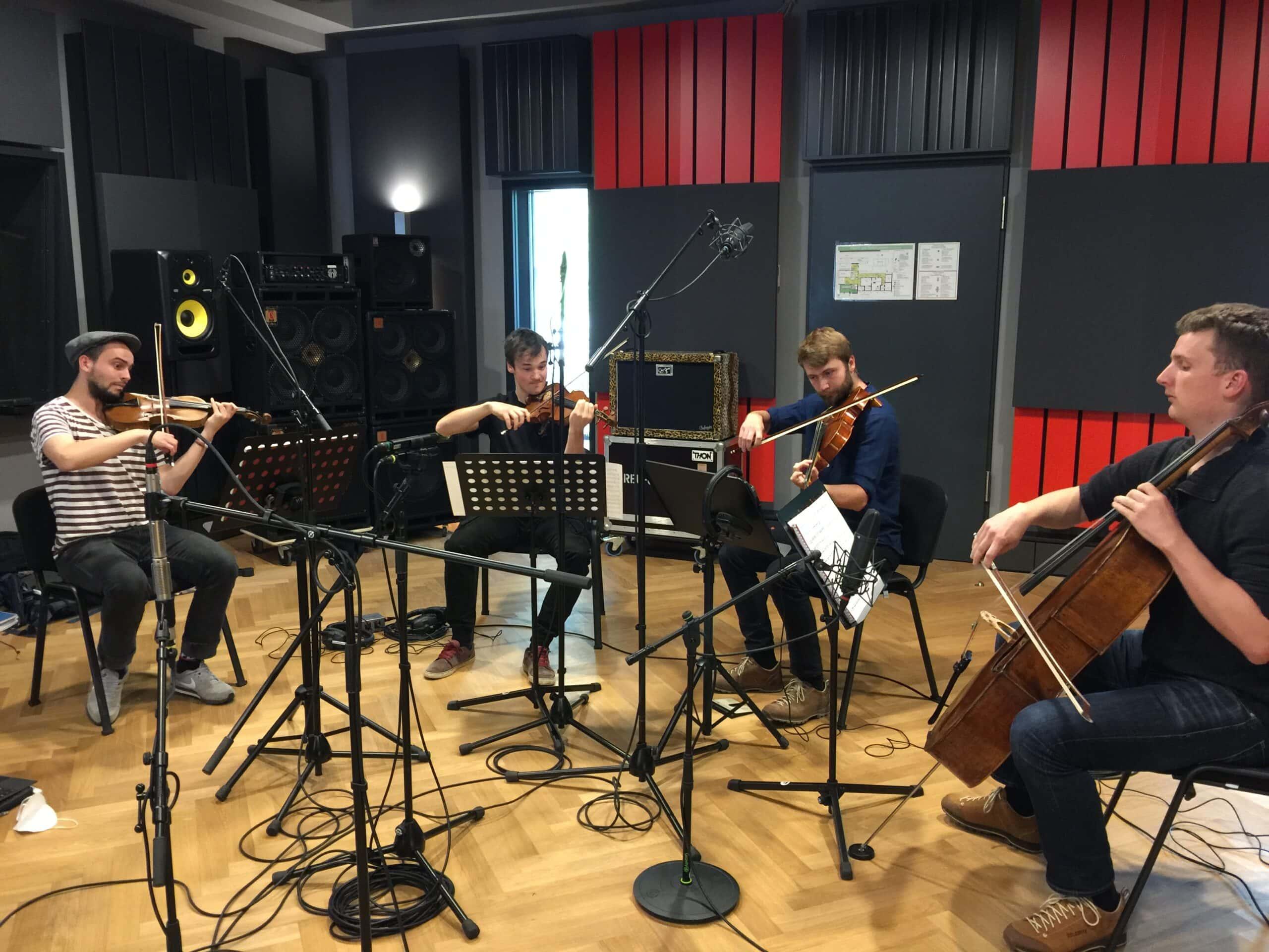 """Das Streichquartett """"Streichholz"""" bei Aufnahmen im Studio 1. Aufgenommen von Leo"""